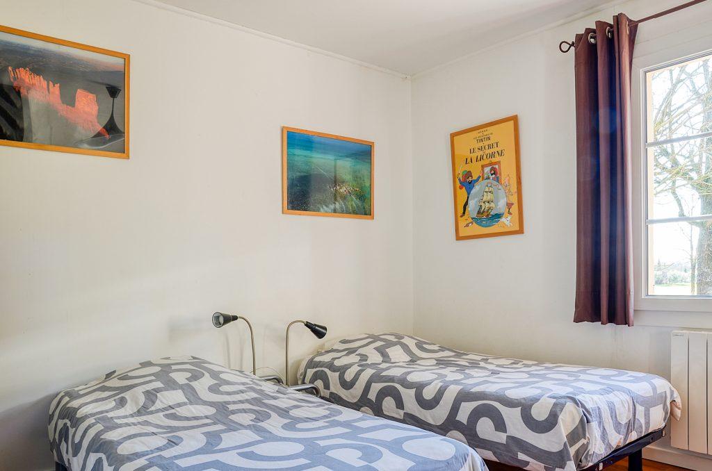 Deux chambres avec deux lits simples